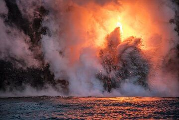 Explosion with glowing lava bombs. (Photo: Tom Pfeiffer)