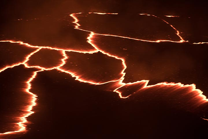 """Zoom onto the """"plate boundaries"""" on the surface of the lava lake. (Photo: Tom Pfeiffer)"""