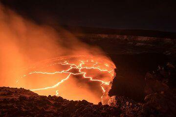 The light of the lava lake illuminates the inner walls of Halema'uma'u crater. (Photo: Tom Pfeiffer)