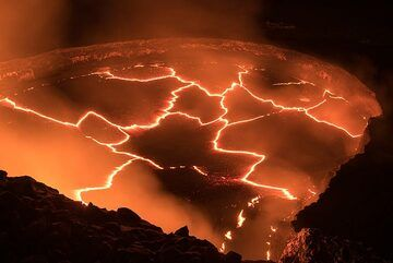 Closer view of the lava lake, whose surface is broken into darker plates of crust, separated by miniature rift zones. (Photo: Tom Pfeiffer)