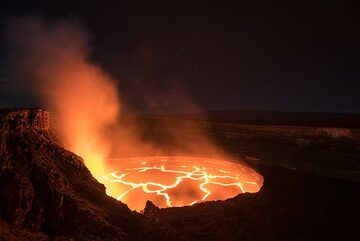 View of the Halema'uma'u crater with the lava lake from the northeastern crater rim. (Photo: Tom Pfeiffer)