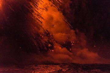 Falling lava (Photo: Tom Pfeiffer)