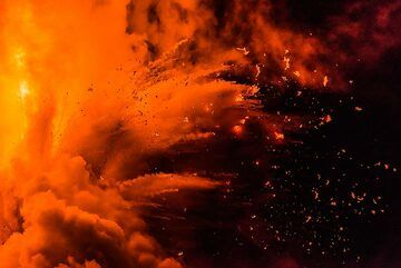 Zoom onto an explosion (Photo: Tom Pfeiffer)