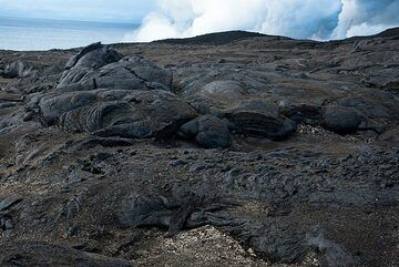 The ground behind the ocean entry is covered by a layer (up to a few cm thick) of Pele's hair, small lapilli and thin flakes of volcanic glass called Limu o Pele (Pele's seaweed), typically of brownish-green color. (Photo: Tom Pfeiffer)
