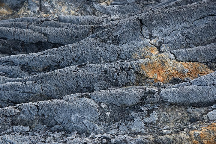 Yellow sulfur and mineral deposits have formed near a crack on the lava flow's surface. This was caused by SO2-rich gasses escaping from a lava tube that once had been active underneath. (Photo: Tom Pfeiffer)