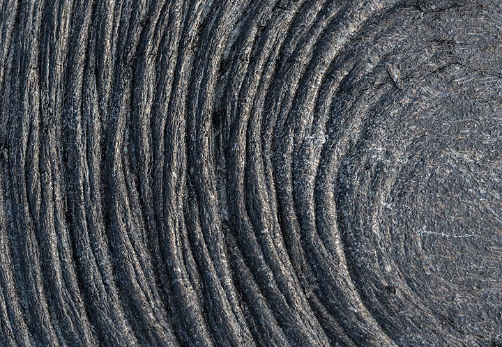 Ropy pahoehoe lava from Kilauea volcano (Hawaii), forming a symmetric pattern of gently curved folds. (Photo: Tom Pfeiffer)