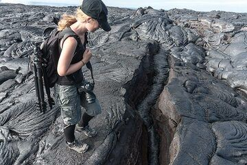 The snake-shaped lava fill of a crack on a tumulus (uplifted section of the lava flow) (Photo: Tom Pfeiffer)