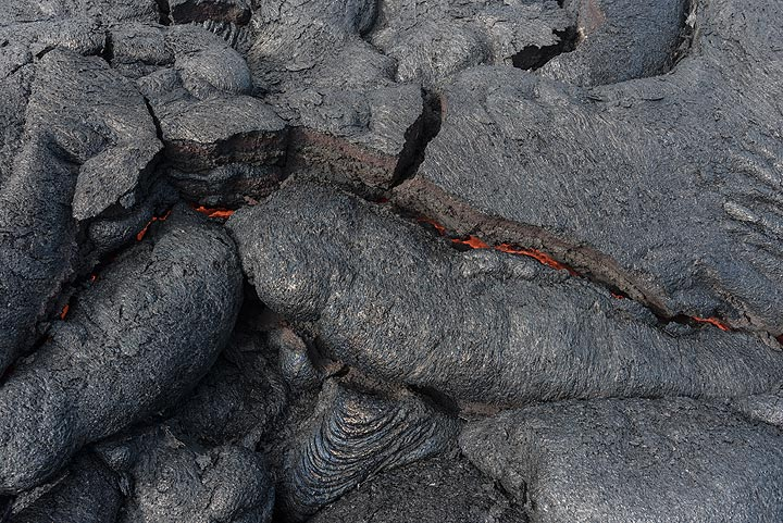In this example, glowing lava can still be seen in the crack - these rocks are probably less than a few hours old. (Photo: Tom Pfeiffer)