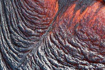 Surface of a small active lava flow. (Photo: Tom Pfeiffer)