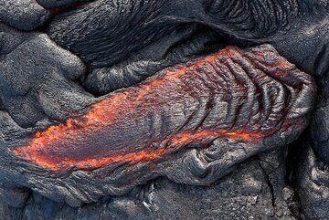 Small ropy lava flow (Photo: Tom Pfeiffer)