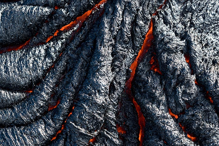 Spiny ropy pahoehoe that has just cooled. (Photo: Tom Pfeiffer)