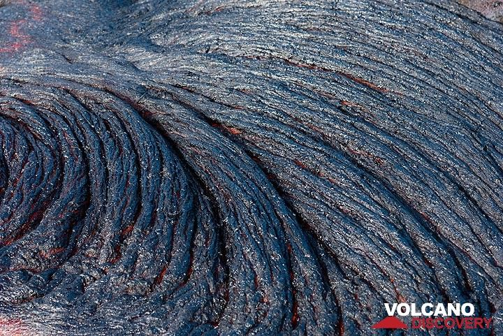 Stacked lava ropes on a still hot and barely glowing flow. (Photo: Tom Pfeiffer)