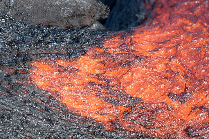 Zoom onto the area where a small lava channel starts. (Photo: Tom Pfeiffer)