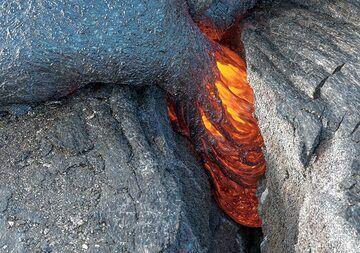 Active lava flow filling a crack. (Photo: Tom Pfeiffer)