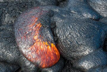 Curved active lava toe. (Photo: Tom Pfeiffer)