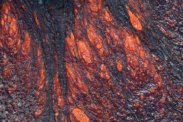 Surface texture of active lava flow. The strain of the sticky lava in combination with rapid cooling of its surface creates spiny and needle-shaped textures. (Photo: Tom Pfeiffer)
