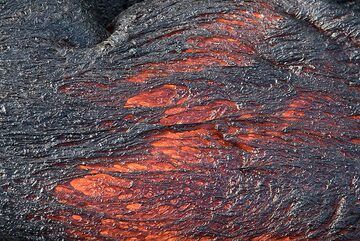 Cooled and still glowing lava surface. (Photo: Tom Pfeiffer)