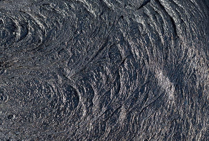 Near flat, glassy surface of a lava flow that has just cooled. (Photo: Tom Pfeiffer)
