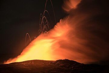 Yellow steam plume and high-flying lava bombs. (Photo: Tom Pfeiffer)