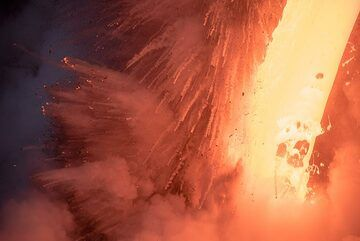 Violent interaction between the lava and water. (Photo: Tom Pfeiffer)