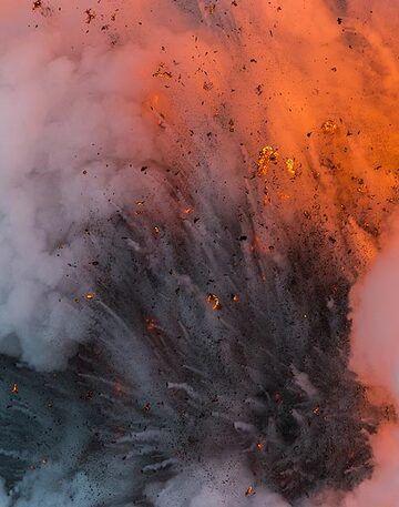 Moderate explosion (Photo: Tom Pfeiffer)