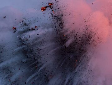 Pulses of small explosions towards the side. (Photo: Tom Pfeiffer)