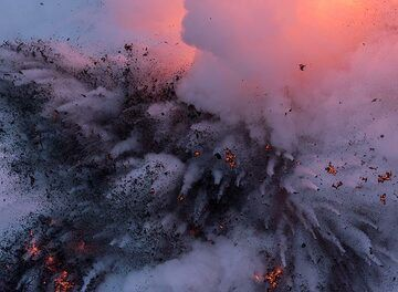 Beginning of a stronger explosion, producing a very dense mass of water, lava and steam. (Photo: Tom Pfeiffer)