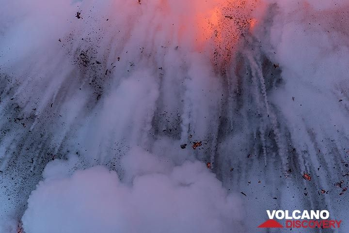 Lava falling back a second later. (Photo: Tom Pfeiffer)