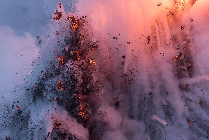 The column of ejected lava rises majestically for a moment. (Photo: Tom Pfeiffer)