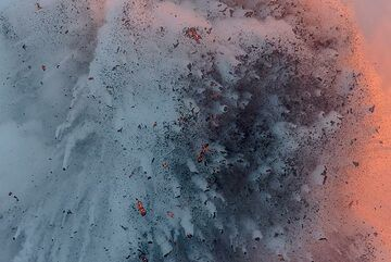 The center of the ejected mass appears darker. (Photo: Tom Pfeiffer)