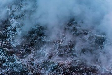 Steaming ocean water near the lava entry (Photo: Tom Pfeiffer)