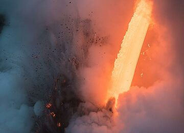 Most of the time, steam actually hides the lava hose. (Photo: Tom Pfeiffer)