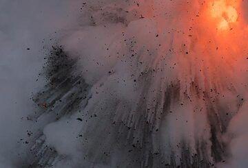 Dense explosion. (Photo: Tom Pfeiffer)