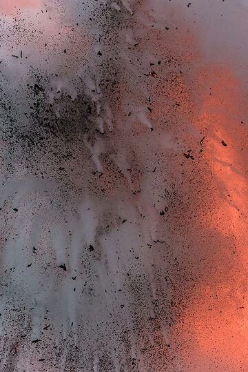 The reaction of the water is so strong that the steam generated by it blocks the view onto the lava. (Photo: Tom Pfeiffer)