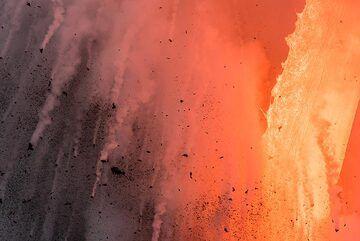 The majestic fire hose seems unreal. (Photo: Tom Pfeiffer)