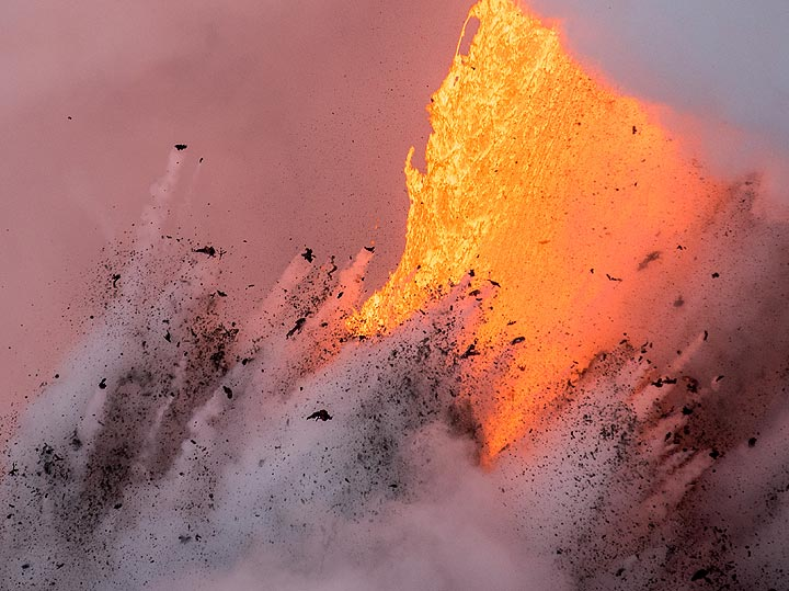 Jets of material ejected against the fire hose (Photo: Tom Pfeiffer)