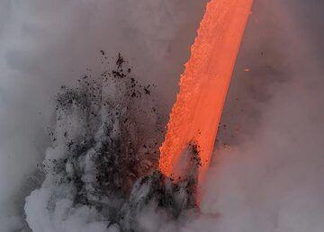 In full daylight, the lava appears orange-red. (Photo: Tom Pfeiffer)