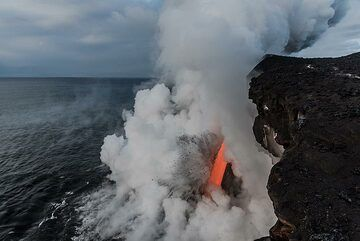 Wide angle view of the sea entry with the fire hose and the steam cloud blown away to the west by strong trade winds. (Photo: Tom Pfeiffer)