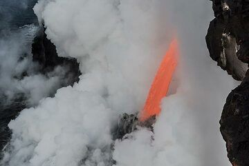 The lava hose in front of the cliff. (Photo: Tom Pfeiffer)