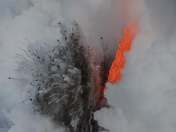 Day-time littoral explosion (1) (Photo: Tom Pfeiffer)