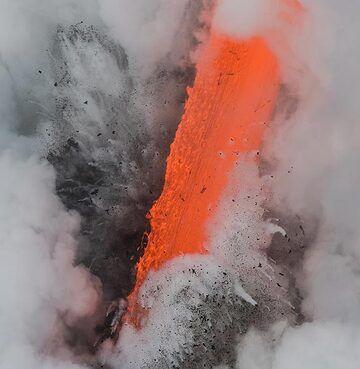 Zoom onto the fire hose (Photo: Tom Pfeiffer)
