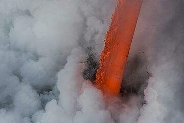 As daylight increases, the color of the lava hose becomes red. (Photo: Tom Pfeiffer)