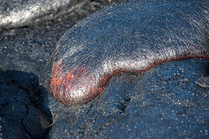 Watching the lava advance, one gets a feeling for its dough-like viscosity. (Photo: Tom Pfeiffer)