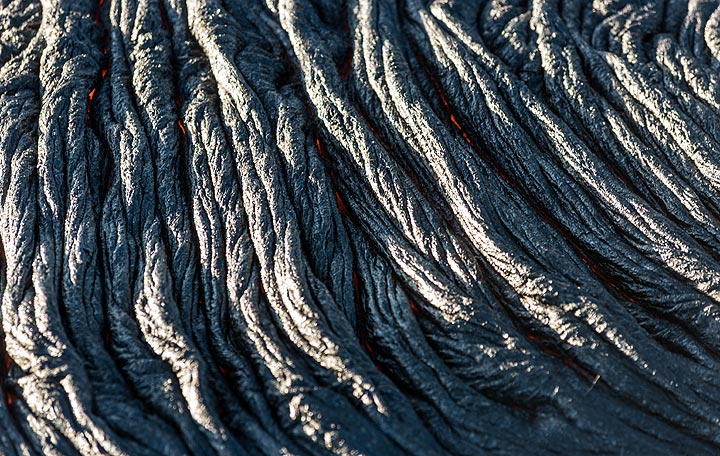 A similar flow surface, but already about 5 minutes old - the red lava is only visible at the lower margins between individual ropes. (Photo: Tom Pfeiffer)