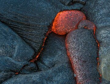 Fractures are often being sealed by lava oozing out from the interior of the flow. (Photo: Tom Pfeiffer)