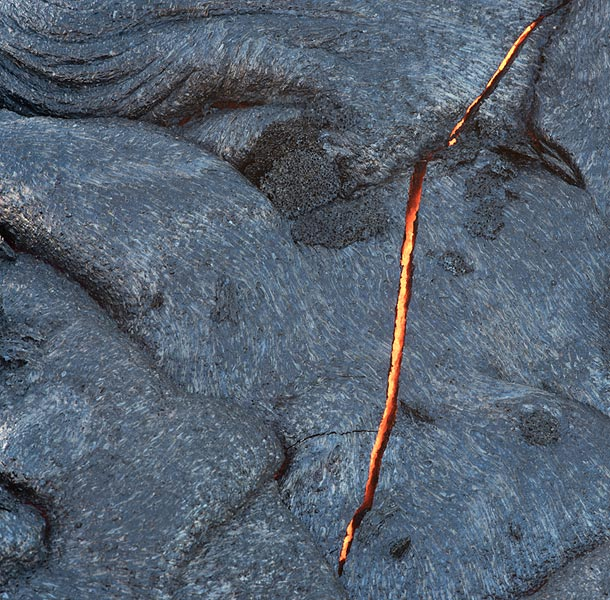 A crack in the surface of a probably less than a few hours old lava flow reveals that underneath, liquid lava is still present. (Photo: Tom Pfeiffer)