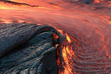A curved lava flow forms and quickly produces ropy lava. (Photo: Tom Pfeiffer)