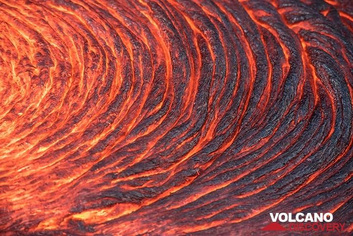 """Actively forming, regular lava """"ropes"""" on a breakout flow. (Photo: Tom Pfeiffer)"""