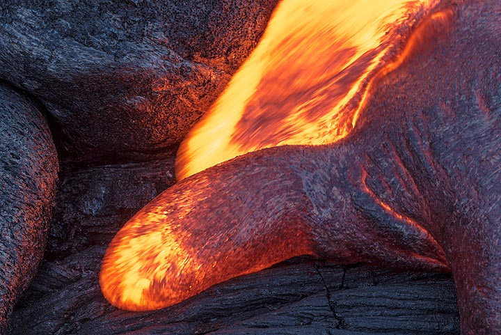 Active lava toes meeting at different speeds. (Photo: Tom Pfeiffer)