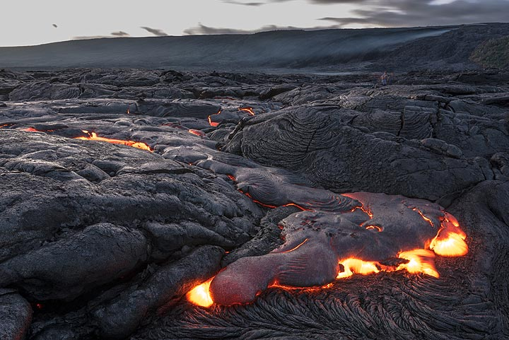 The lava continues to advance into and fill the small basin where we were standing. (Photo: Tom Pfeiffer)